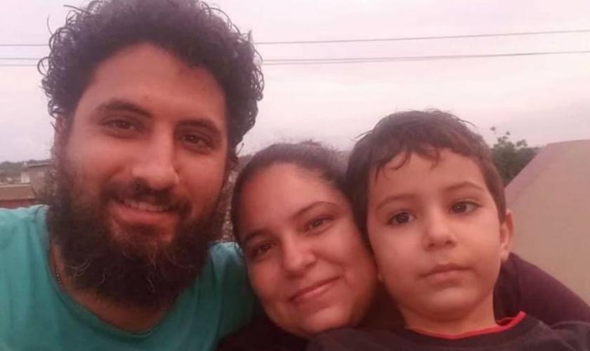 Pastor Yarián Sierra, sua esposa Claudia Salazar e o filho do casal. (Foto: Reprodução/Facebook Y. Sierra)