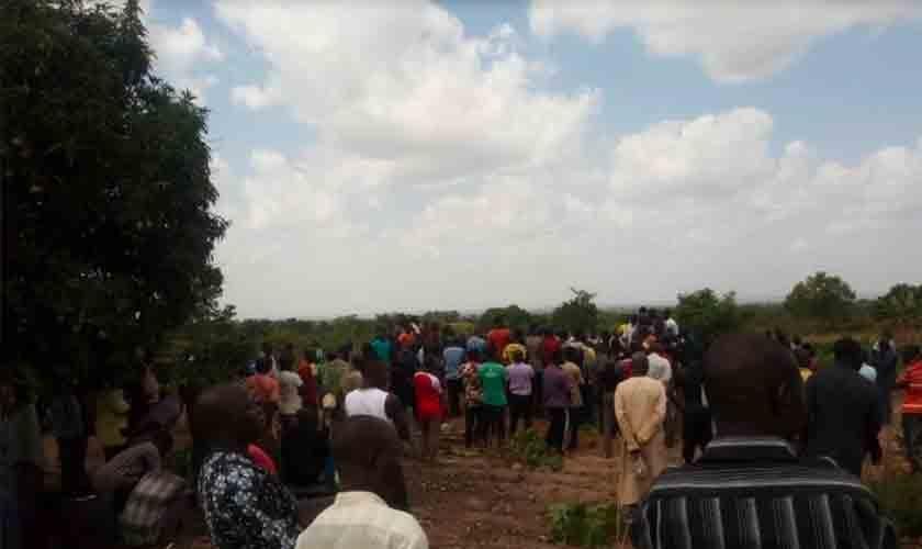 Moradores assistem a um enterro em massa para 17 pessoas mortas em um ataque noturno na vila de Gonan Rogo, no estado de Kaduna, na Nigéria, em 12 de maio de 2020. Foto: Usman Stingo.