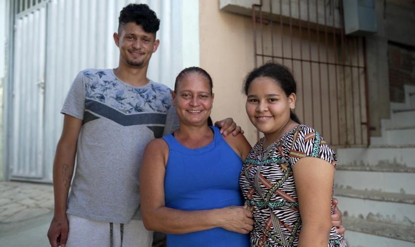 Eliete e os filhos foram batizados após serem evangelizados por jovens. (Foto: Arthur Henrique)