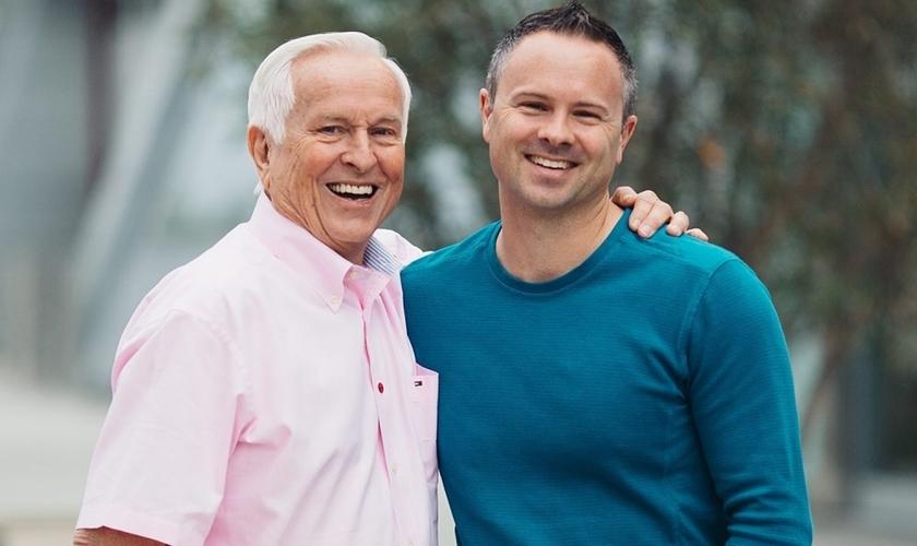 Sean McDowell com seu pai, Josh McDowell. (Foto: Reprodução).