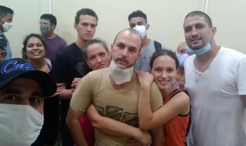 Yarián Sierra e Yéremi Blanco, com suas famílias, momentos após serem libertados. (Foto: Arquivo pessoal)