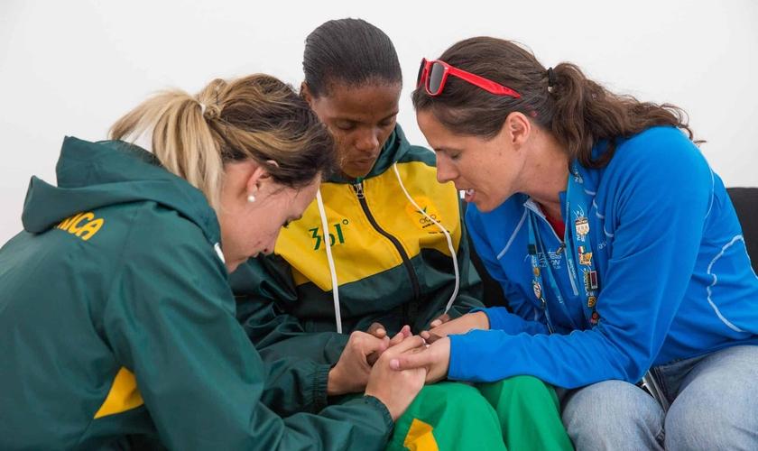 Momento de oração entre atletas. (Foto: Athletes in Action)
