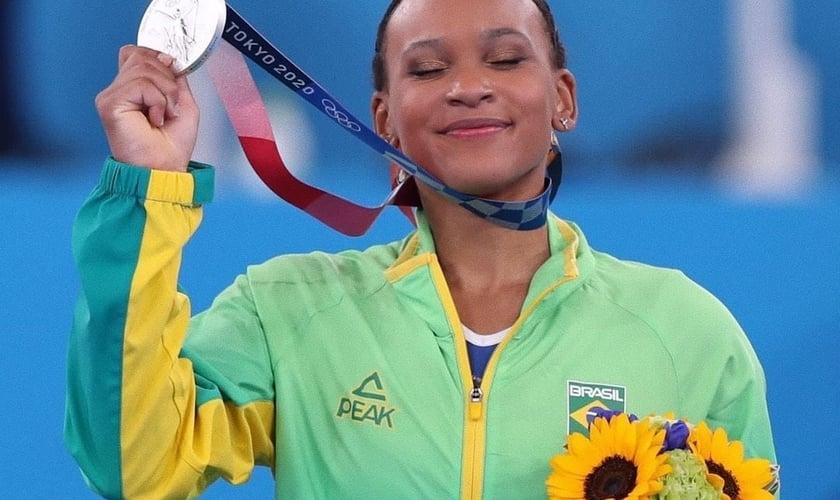 Rebeca Andrade se tornou a primeira brasileira a conquistar uma medalha olímpica na ginástica. (Foto: Reprodução/Instagram).
