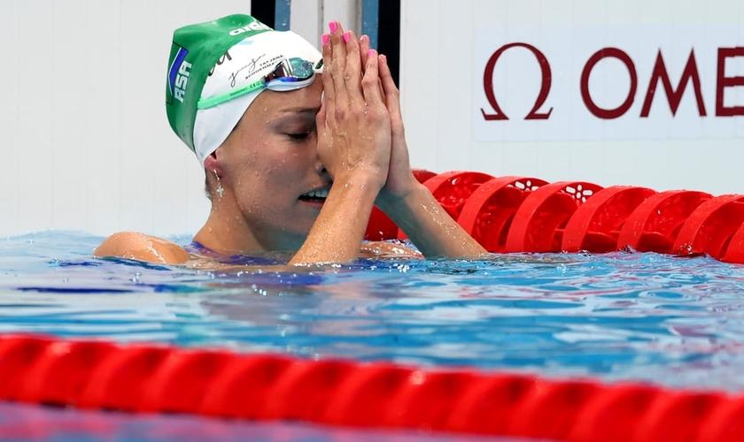 Com a touca Soli Deo Gloria, Tatjana Schoenmaker agradece a Deus ao quebrar recorde olímpico em Tóquio. (Foto: Clive Rose/Getty Images)