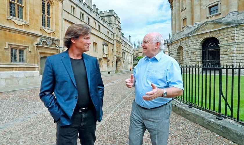 Kevin Sorbo e John Lennox da Universidade de Oxford em 'Against the Tide'. (Foto: Crossroad)