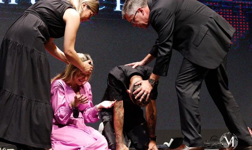 Roberto Firmino e sua esposa, Larissa Pereira, foram consagrados evangelistas. (Foto: Acervo Manah Church)