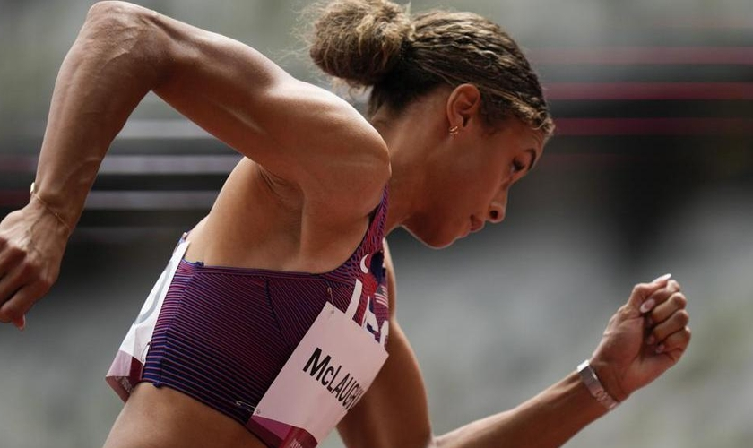 Sydney McLaughlin se tornou a primeira mulher a correr a prova em menos de 52 segundos. (Foto: AP Photo/Petr David Josek).