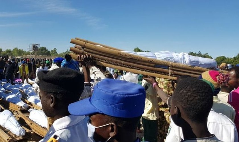 Enterro em massa em Zabarmari, no estado nigeriano de Borno, em novembro de 2020. (Foto: Reuters/Ahmed Kingimi)