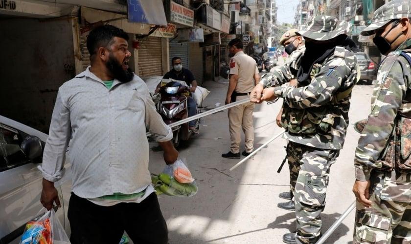 Policiais batem em homem em Nova Deli. (Foto: Reuters/Adnan Abidi)
