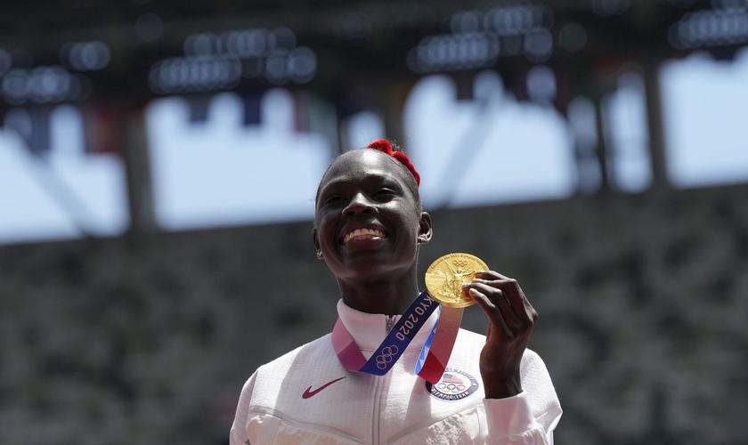 Athing Mu durante a cerimônia da medalha dos 800 metros femininos nos Jogos Olímpicos de 2021. (Foto: AP)