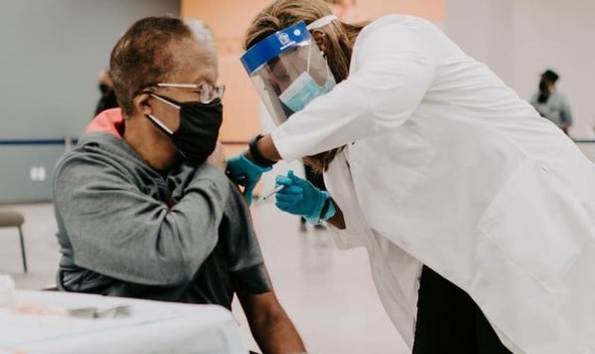 A Impact Church, em Jacksonville (Flórida), ofereceu vacinas contra a Covid-19 gratuitamente, neste domingo (8). (Foto: Reprodução/ Facebook).