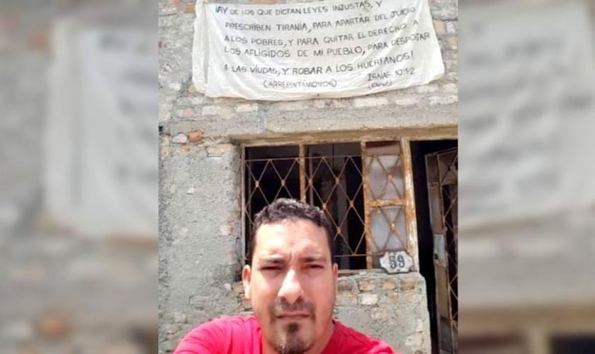 Yuri Perez, em frente a sua casa. (Foto: Reprodução/Youtube)