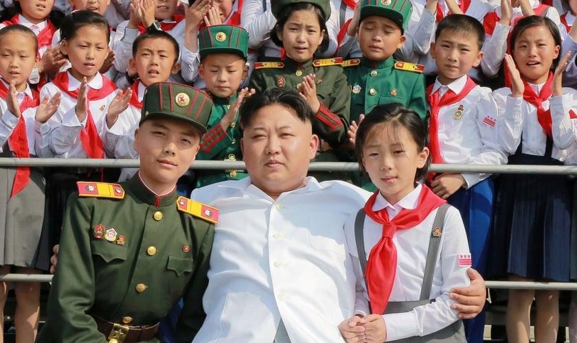 Crianças ao lado de Kim Jong-un na Coreia do Norte. (Foto: KCNA via Reuters)