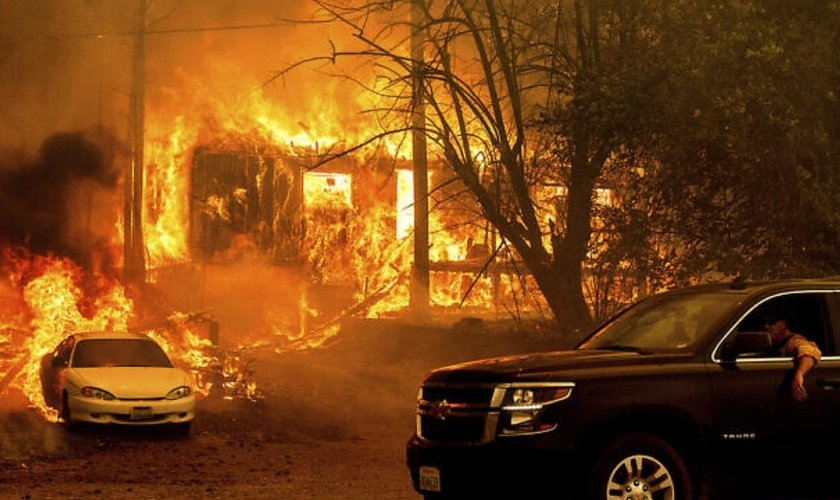 O incêndio Dixie consumiu uma casa na Rodovia 8,9 ao sul de Greenville, em 5 de agosto de 2021, no condado de Plumas, Califórnia. (Foto: AP Photo/Noah Berger)