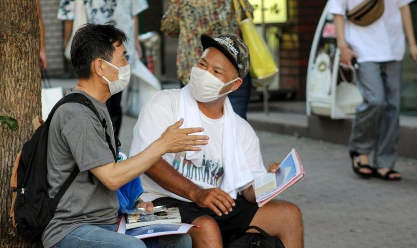 O missionário Chan-sik Bae evangelizou um sacerdote budista através de mangás. (Foto: Baptist Press)