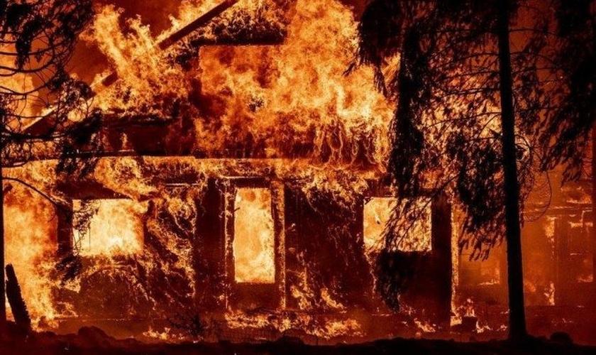 O incêndio Dixie está queimando as florestas do norte da Califórnia desde julho, como consequência da crise climática. (Foto: Josh Edelson/AFP).