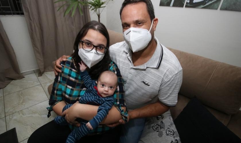 Fernando, a esposa Camila e o filho Pedro. (Foto: Reprodução / Samantha Ciuffa)
