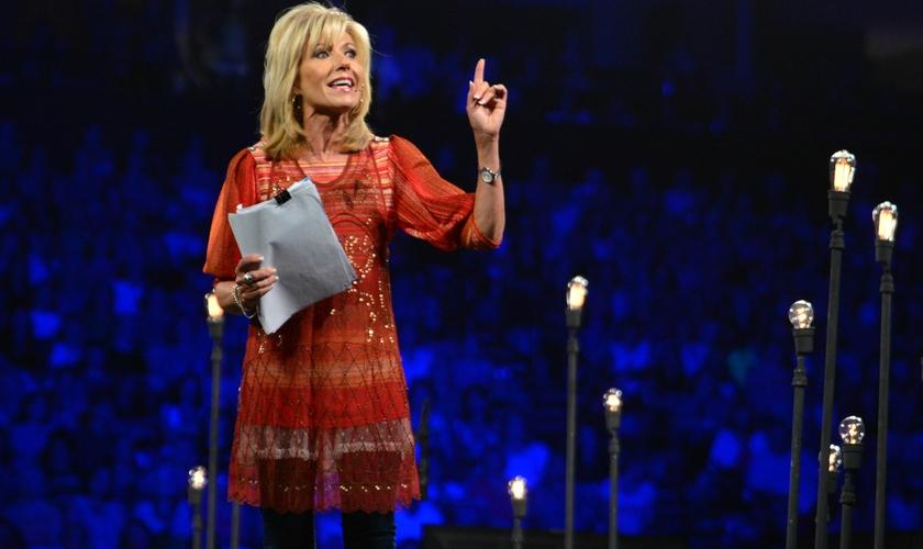 Beth Moore exortou os crentes a obedecerem as medidas protetivas da Covid-19 como uma atitude de serviço cristão. (Foto: Relevante Magazine).