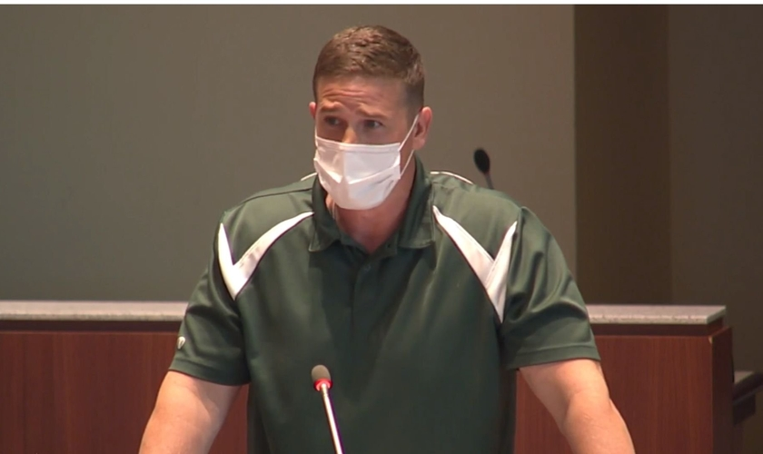 Tanner Cross foi colocado em licença, no início de 2021, após seu discurso para o conselho escolar. (Foto: LCPS)