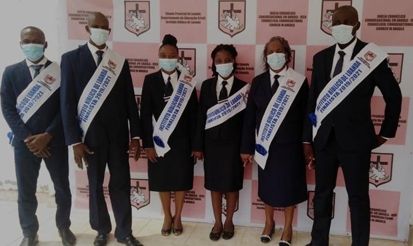 Maria Rogéria entre colegas durante formatura. (Foto: Reprodução / Notícias de Angola)