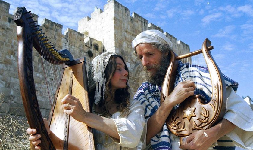 Micah Harari e sua esposa, Shoshana, fabricam harpas desde a década de 80. (Foto: King David Harps Jerusalem)