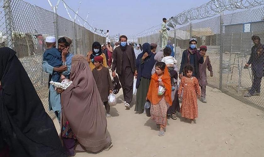 Afegãos em fuga. (Foto: AP Photo/Jafar Khan)