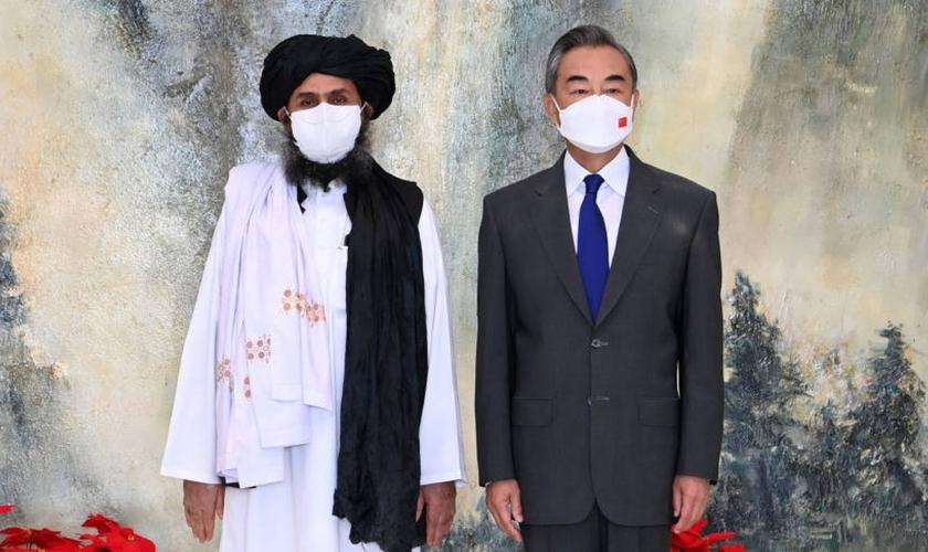 O chefe político do Talibã, mulá Baradar e o chanceler chinês, Wang Yi, em Tianjin. (Foto: Li Ran/Xinhua)