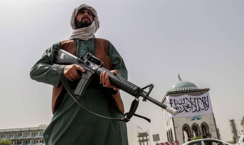 Militantes talibãs estão revistando telefones e retirando crentes do transporte público e os assassinando no local. (Foto: EFE/Stringer).
