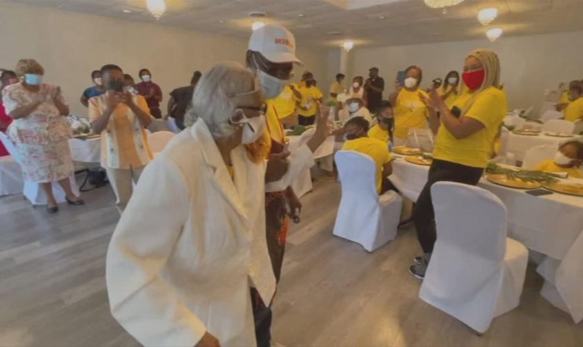 Marie Robinson teve um momento para dançar ao som da música quando ela entrou em sua festa de 100 anos. (Foto: Reprodução / Fox 5 Atlanta)