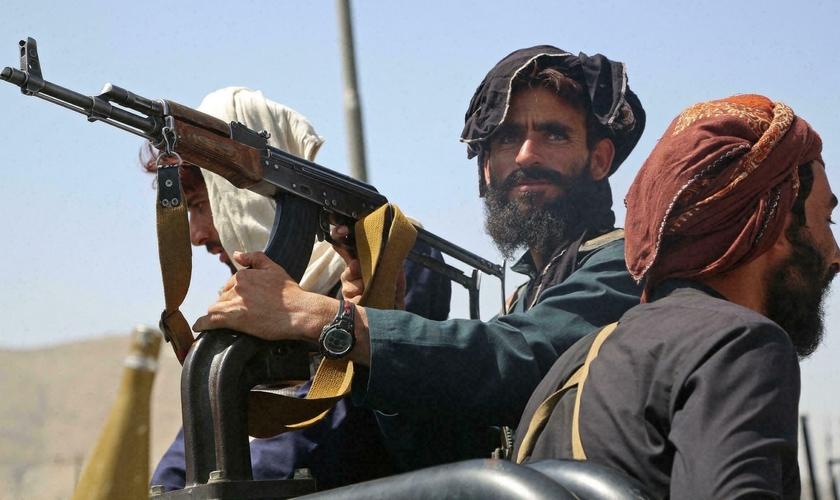 Militantes do Talibã fazem patrulha pelas ruas da capital Cabul, um dia após o grupo insurgente ter tomado o poder no Afeganistão. (Foto: AFP)