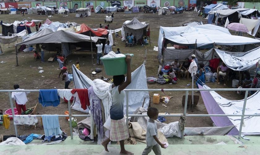 Centenas de famílias estão abrigadas no acampamento em Los Cayos após perderem suas casas no terremoto. (Foto: Monica Gonzalez/El País)