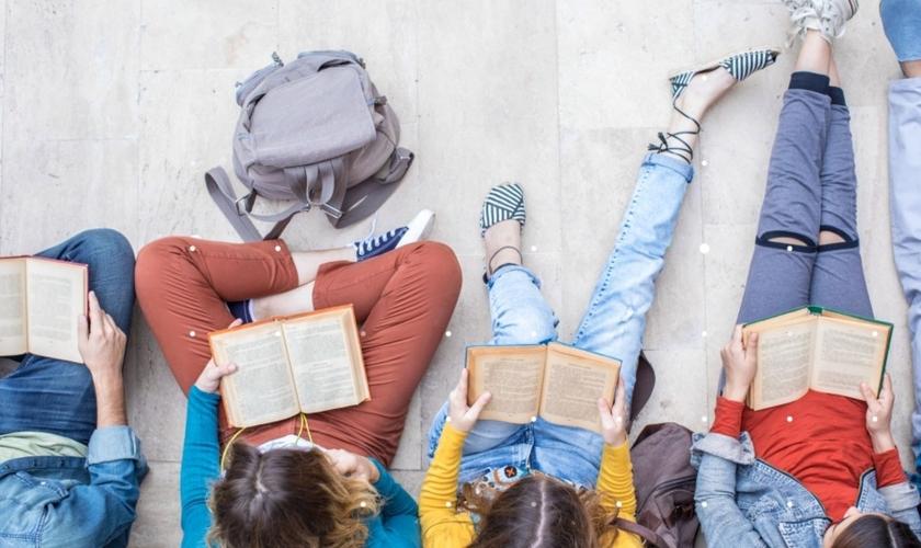 Jovens com a Bíblia. (Foto: Getty Images)