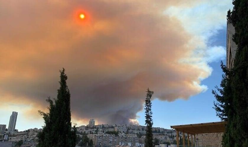 Fumaça do incêndio florestal se espalhou por Jerusalém em 15 de agosto. (Foto: Mick Weinstein/Times of Israel)