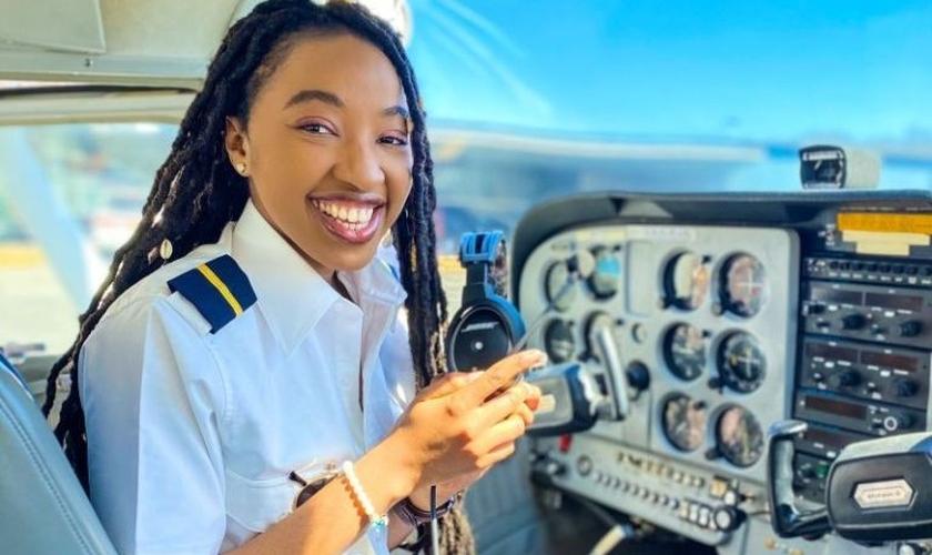 Miracle Izuchukwu na cabine do avião. (Foto: Reprodução / Instagram)