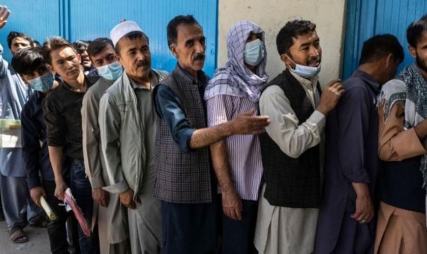 Afegãos já faziam filas no serviço de emissão de passaportes, antes da tomada de Cabul. (Foto: Getty Images)