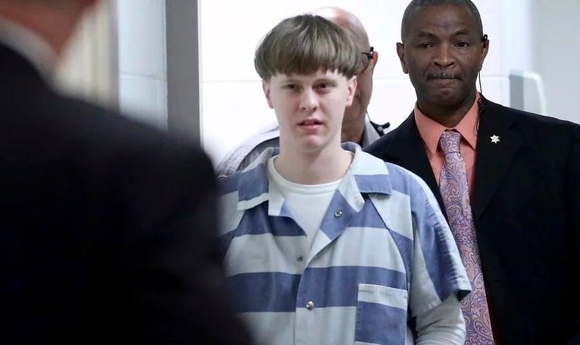 Dylann Roof na sala do tribunal em 2017, acusado de assassinato de nove membros de uma igreja negra em Charleston, em 2015. (Foto: Grace Beahm / The Post And Courier via AP)