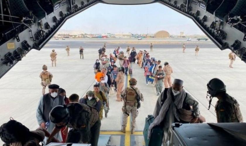 Forças americanas estão priorizando evacuação de afegãos que colaboraram com tropas dos EUA. (Foto: Reuters)