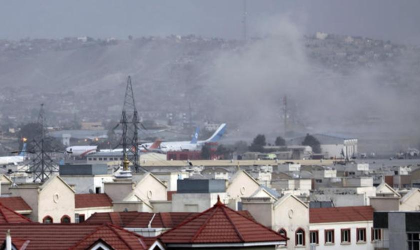 Fumaça da explosão do lado de fora do aeroporto de Cabul, no Afeganistão. (Foto: Wali Sabawoon/AP)
