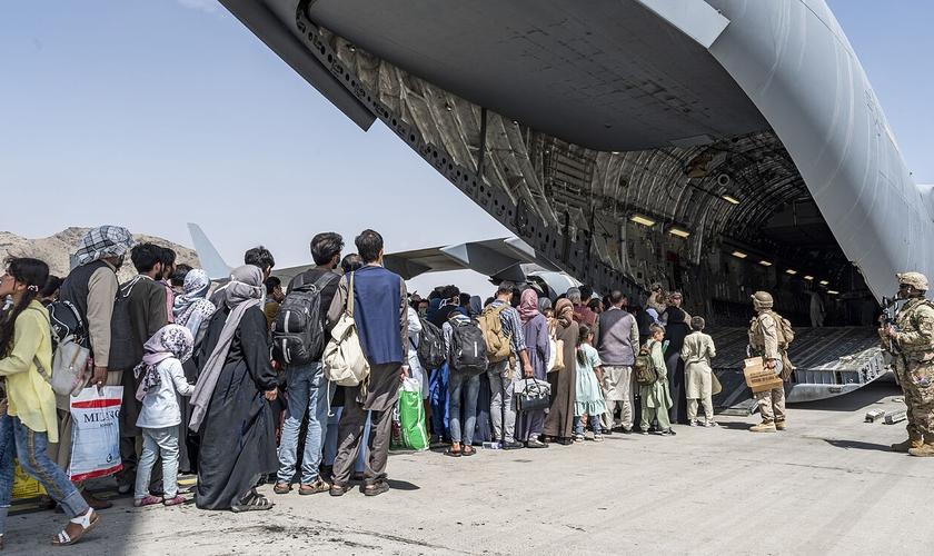 Após 12 horas de voo, o casal cristão chegou são e salvo no Qatar. (Foto: Senior Airman Brennen Lege/AP).