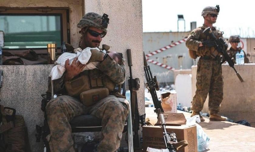 Soldado norte-americano cuida de bebê afegão: imagens sensibilizaram o mundo. Foto: (Departamento de Defesa dos Estados Unidos).