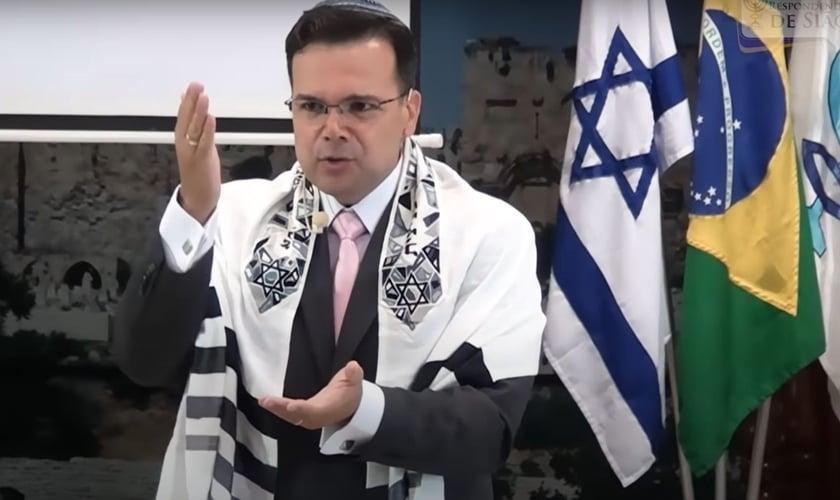 Rabino messiânico Matheus Zandona falando sobre a marca da besta. (Foto: Captura de tela/YouTube/Ministério Ensinando de Sião)