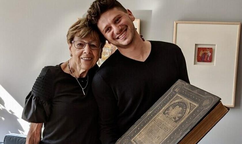Jacob Leiter e Susi Kasper Leiter agora podem percorrer as páginas da Bíblia da família. (Foto: Jacob Leiter / Cortesia)