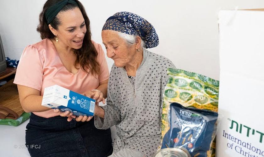 Yael Eckstein e uma idosa contemplada pela IFCJ em Israel. (Foto: Erik Davis)