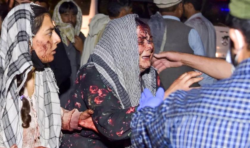 Mulheres feridas chegam a um hospital após o ataque terrorista, em Cabul, no Afeganistão. (Foto: Wakil Kohsar/AFP)