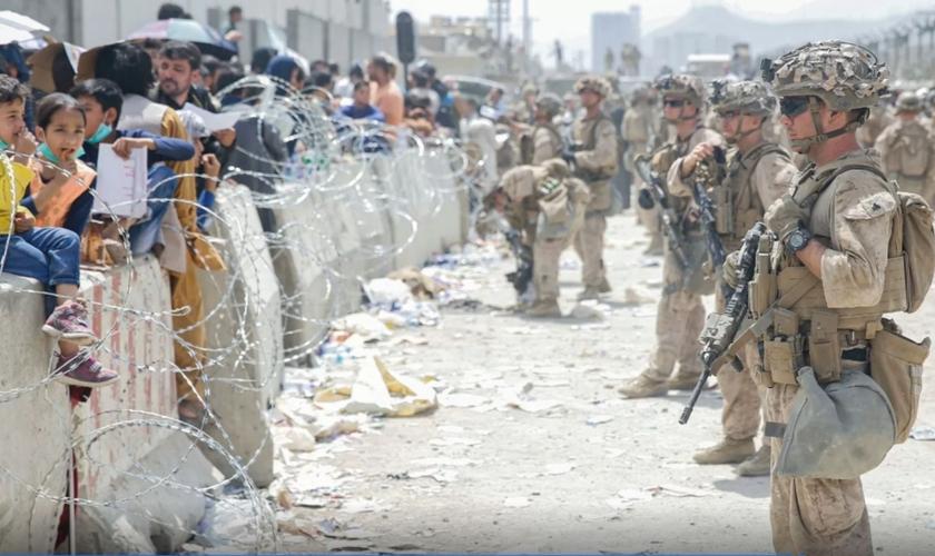 Fuzileiros navais dos EUA e civis durante uma evacuação no Aeroporto Internacional Hamid Karzai, em Cabul, Afeganistão, dia 20 de agosto de 2021. (Foto: AFP/Nicholas Guevara/US Marine Corps)