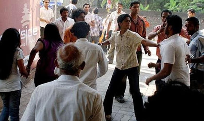 Os agressores invadiram a casa do pastor Kawalsingh Paraste, enquanto realizava um culto doméstico. (Foto: Asia News).