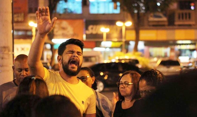 Aleff Amorim durante evangelismo de rua. (Foto: Aleff Amorim)