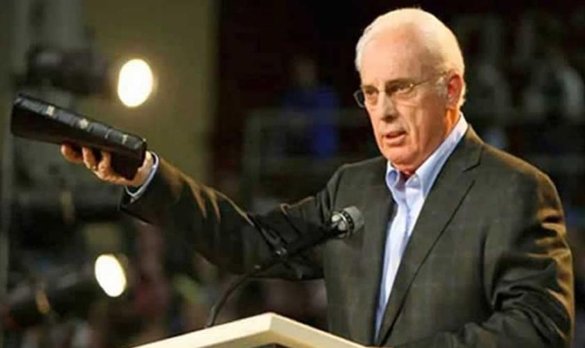 Pastor John MacArthur processa governador do Estado por restringir cultos nas igrejas. (Foto: Pinterest)