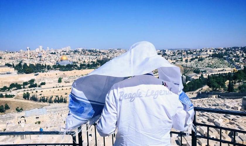 Joel Engel em frente ao Monte do Templo em Jerusalém, Israel. (Foto: Ministério Engel)
