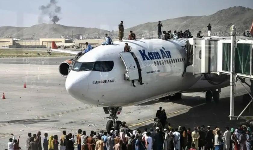 Avião estacionado no aeroporto de Cabul. (Foto: Wakil Kohsar/AFP)